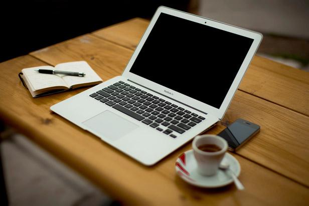 Ordenador y taza de café
